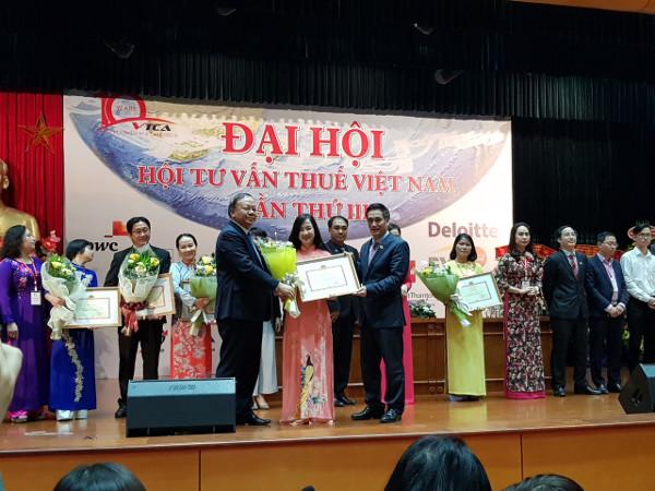 ベトナム税理士会 最優秀税理士法人賞 受賞の様子